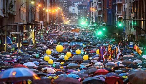 Un mar de paraigües ahir a la manifestació al centre de Bilbao.