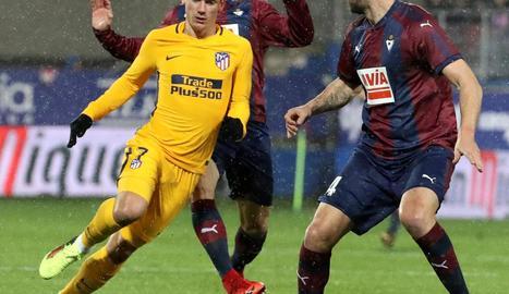 Griezmann prova de superar Iván Ramis en el partit d'ahir.