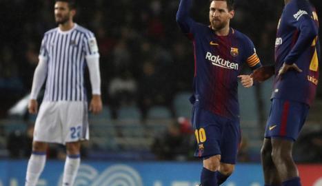 Luis Suárez, després de marcar el tercer gol del Barça, es dirigeix cap al centre del camp amb el seu company Jordi Alba.