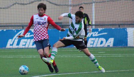 El local Adrià, que controla la pilota a la imatge, va ser expulsat a la segona part.