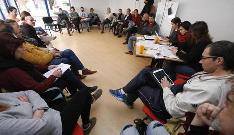 Els assistents a l'assemblea que va celebrar ahir el Comú de Lleida.
