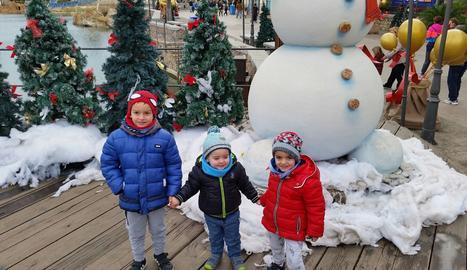 Oriol, amb el seu germanet i el seu cosí, a Port Aventura.