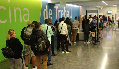 Cues a l'oficina del SOC de Lleida el primer dia de cita prèvia.