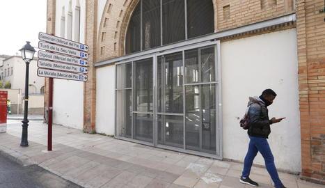 Les portes del Mercat del Pla, tancades des del mes de març passat.