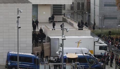 Operació policial de càrrega de l'art de Sixena l'11 de desembre passat al Museu de Lleida.