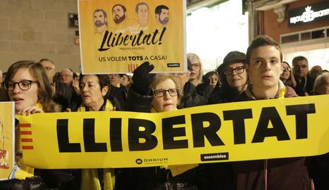 La manifestació a la plaça Paeria.