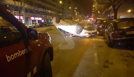 Vista del vehicle bolcat al tenir un accident diumenge a la nit al passeig de Ronda.