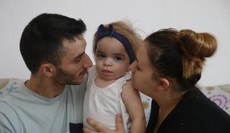 La Nagore, amb els pares, Iván i Bàrbara, en una imatge del mes d'octubre passat a Lleida.