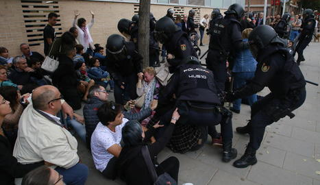 Càrregues policials l'1-O al CAP de Cappont.