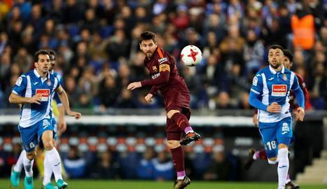 Leo Messi intenta superar l'entrada del defensa de l'Espanyol Aarón Martín en un partit gris de tot l'equip blaugrana.