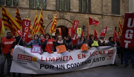 Imatge de la protesta ahir davant de la Paeria de Lleida pel bloqueig al conveni de la neteja.