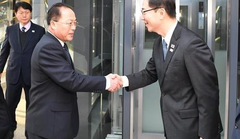 Salutació entre els representants de les dos Corees.