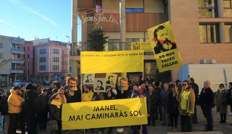Els manifestants van acompanyar Riu amb pancartes al jutjat de Tremp, on va prestar declaració.