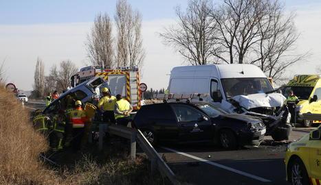 Vista de l'accident que va tenir lloc ahir a l'N-240 entre dos turismes (un va quedar fora de la cuneta) i una furgoneta.