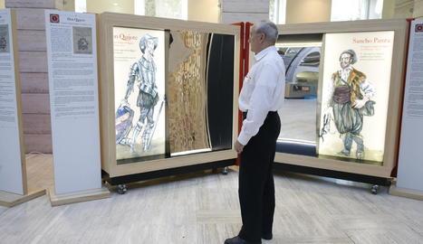 Un visitant ahir a la inauguració de l'exposició sobre Cervantes a la Biblioteca de Lleida.
