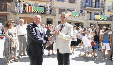 Armengol, a l'esquerra, l'estiu del 2009, després de decidir deixar l'alcaldia al cedir-la a Villarte.