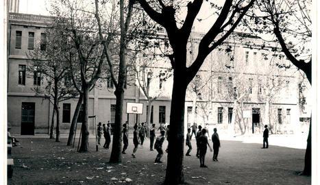 El pati i l'edifici principal del col·legi d'Anselm Clavé, quan era un centre Maristes.