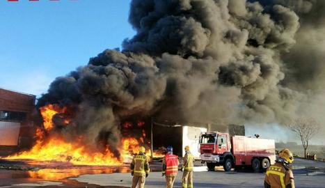Les flames va arribar a diversos metres d'altura i van generar una intensa columna de fum.