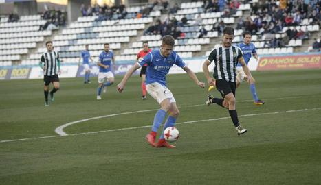 Bojan Radulovic ho va intentar durant tot el partit, com en aquesta rematada al primer temps.