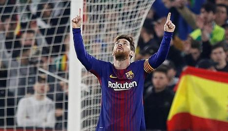 Els jugadors del Barça celebren el tercer gol davant el Betis, obra de l'uruguaià Luis Suárez, que encara en marcaria un més per tancar la golejada.