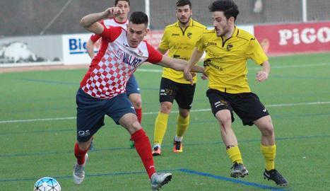 El local Fontana, que havia entrat a la segona part, és pressionat per tres jugadors de l'EFAC.