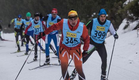 Un grup de participants de la Marxa Pirineu ahir entre Lles i Aransa.