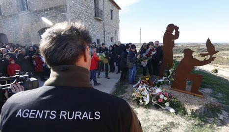 Familiars i companys van portar flors a peu de l'escultura d'homenatge a Ribes i Iglesias