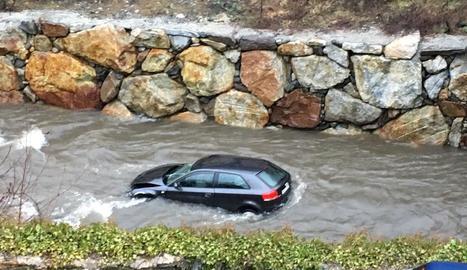El vehicle, encallat al riu Garona.