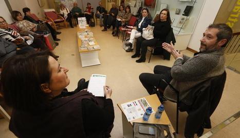 Carles Porta, autor convidat ahir en la sessió literària conduïda per Anna Sàez a la Biblioteca Pública.