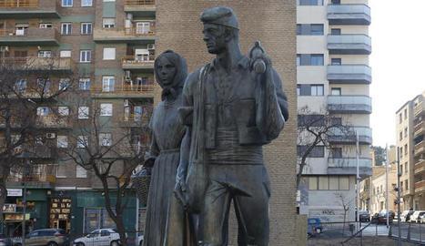 A l'esquerra, l'estàtua de la plaça Pagesos amb la placa de l'escut de la ciutat. A la dreta, imatge d'ahir sense.