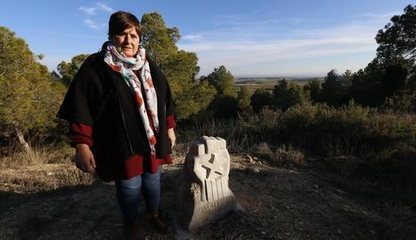 L'alcaldessa de Castelló de Farfanya, Cristina Lafay, al costat del monòlit dedicat a Julià Babia.