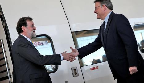 El president valencià, Ximo Puig, saluda Mariano Rajoy a l'arribar a Castelló, ahir.