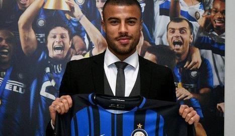 Rafinha va posar ahir amb la samarreta del seu nou equip, l'Inter de Milà.