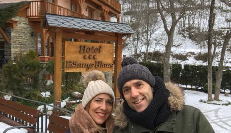 Inma i Paco davant de l'Hotel Estanys Blaus, situat a Tavascan.