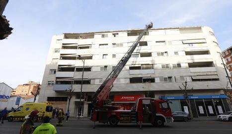 El foc s'ha produït a les golfes del número 38 del carrer Baró de Maials.