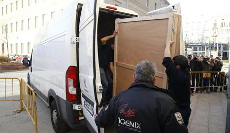 Dos operaris van carregar a la furgoneta la caixa amb la pintura de la Immaculada, ahir al Museu de Lleida abans de sortir cap a Sixena.