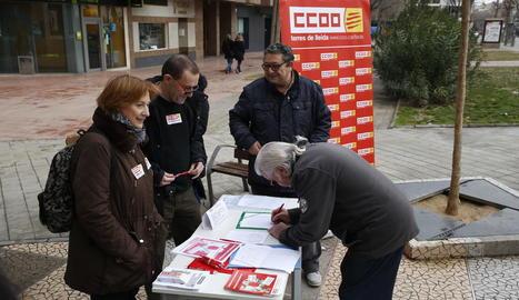 Lloc de recollida de firmes d'UJP-UGT, ahir, a Lleida.
