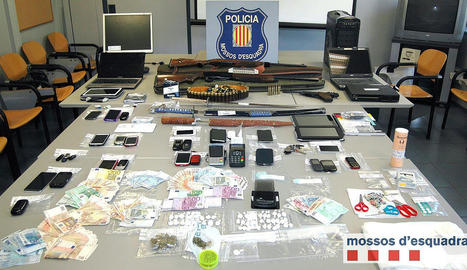 Imatge de la droga diners, telèfons i més material confiscat pels Mossos a la xarxa criminal.