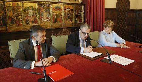 Moment de la firma de la renovació del conveni de col·laboració.