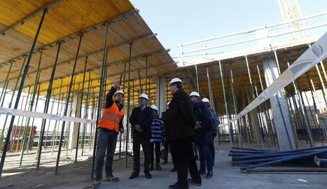 Joan Reñé va visitar ahir les obres de l'hospital veterinari de Torrelameu.