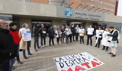 La concentració de la Marea Blanca davant de l'hospital Arnau de Vilanova de Lleida.