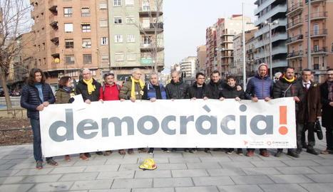 Els bombers signants, concentrats a la plaça Pau Casals.