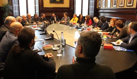 La reunió de la Mesa de Parlament amb representants dels grups.