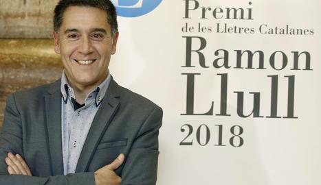 Martí Gironell, després de donar-se a conèixer que era el guanyador del premi de novel·la Ramon Llull.