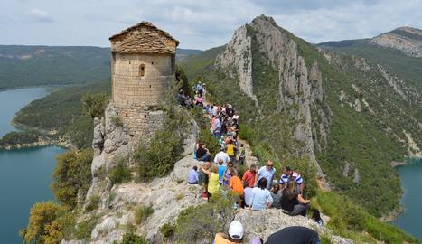 Visitants recorrent l'entorn de l'ermita de la Pertusa.