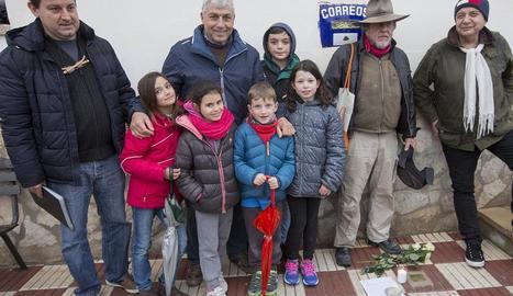 Ofrena floral davant de les tres pedres per recordar els deportats a Cervera.