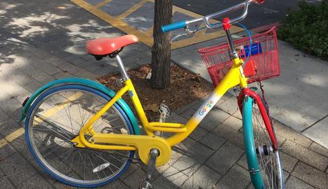 transport. Les bicicletes del campus de Google que hom pot agafar i utilitzar sempre que vulgui.