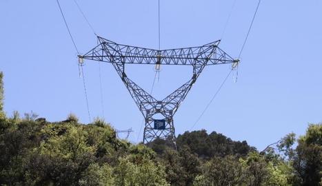 Línies d'alta tensió del Pirineu inclouen cables de fibra òptica per donar connexió a les hidroelèctriques.