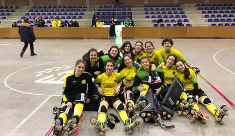 Les jugadores del Vila-sana celebren sobre la pista la classificació per a la Copa.