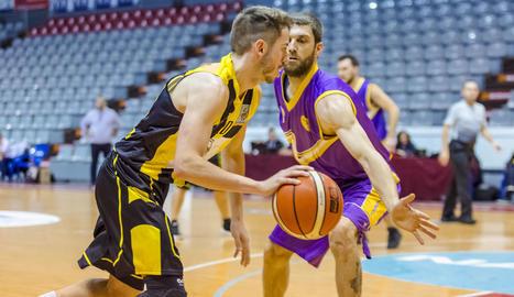Un jugador del Pardinyes, amb la pilota davant l'oposició d'un rival.
